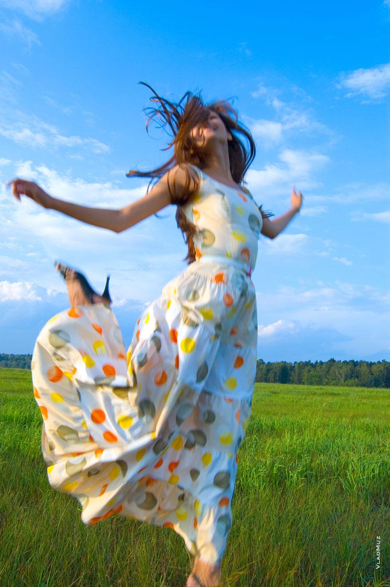 Фото девушки в прыжке