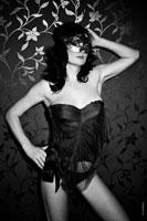 Начало эротического портфолио. Фотография девушки в маске
