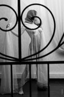 Эротическая фотография обнаженной девушки в драпировках и черные узоры в расфокусе