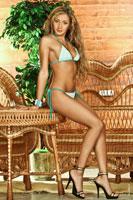 Эротическое фото красивой девушки в купальнике в студии