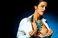 Эротическое фото девушки с растегнутой блузкой, провокационно показывающей грудь