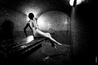 Черно-белое эротическое фото обнаженной девушки, сидя в хамаме в полный рост