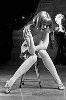 Фото блондинки с сигаретой в эротическом сеточном боди-комбинезоне