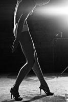 Этюд после дождя №01: эротическое фото девушки на каблуках в полный рост в контровом свете