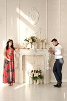 Семейная фотосессия беременной с мужем в студии и на природе