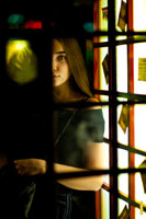 Фото лица девушки сквозь стекла и раму двери