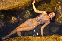 Фотосессия модели в купальнике на берегу моря