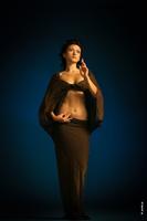 Художественный фотопортрет женщины с библейскими мотивами и благословляющими жестами рук