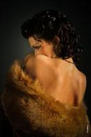 Художественный женский фото портрет со спины