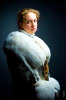 Поясной художественный фото портрет русской девушки в шубе