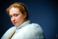 Горизонтальный фото портрет русской женщины в шубе, крупный план лица