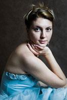 Художественный фотопортрет девушки в платье с рукой у лица