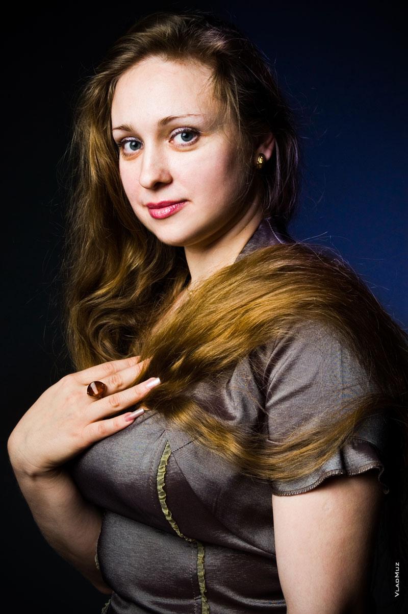 Классический художественный женский фотопортрет с рукой на груди