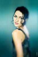 Фотопортрет девушки в стиле монокля, с избирательной резкостью на лице