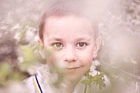Портретная фотосессия с детьми в цветущем весеннем саду