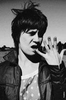 Женский черно-белый жанровый фотопортрет с рукой у лица