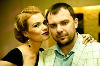 Жанровый фотопортрет женщины рядом с мужчиной