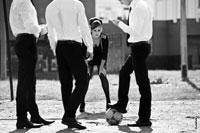 Жанровый фотопортрет девушки, стоящей на футбольных воротах