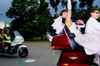 Жанровый свадебный фотопортрет невесты на мотоцикле