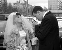 Жанровый свадебный фотопортрет курящей невесты, затягивающей сигарету у ЗАГСа
