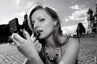 Жанровый фотопортрет девушки с косметичкой на Красной площади в Москве