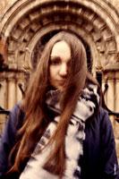 Фотопортрет девушки с каменным нимбом (фото в оконной арке храма)