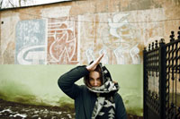 Фотопортрет девушки с «пионерским салютом» на фоне советского пионерского граффити