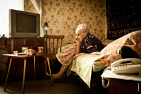 Фотопортрет бабушки в задумчивой позе на диване