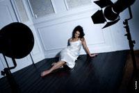 Фотопортрет девушки на полу в фотостудии — это конец и финиш гламурной фотосессии