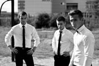 Жарновое фото 3-х молодых мужчин в белых рубашках с галстуками
