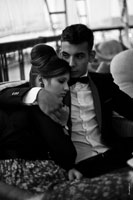 Жанровый черно-белый фотопортрет юноши в объятиях с девушкой
