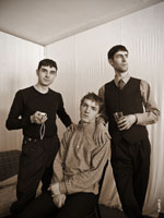 «Тройка»: групповой жанровый портрет 3-х мужчин в комнате