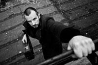 Ч/б фотография мужчины сверху, лезущего по лестнице