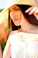 Летний фотопортрет девушки в шляпе в теплых тонах