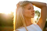 Гламурный фотопортрет девушки-блондинки в контровых лучах заходящего солнца