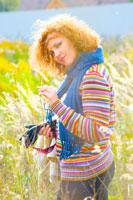 Фотопортрет девушки в ярком цветном свитере на фоне осеннего пейзажа