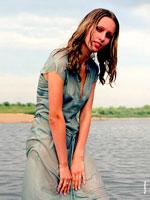 Фотография девушки-модели в мокром платье, стоящей в воде
