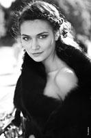 Гламурный черно-белый фотопортрет девушки в меховом манто на улице