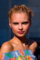 Фотопортрет девушки-модели на улице с верхним солнечным светом