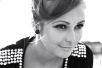 Горизонтальный черно-белый фотопортрет девушки-модели с улыбкой