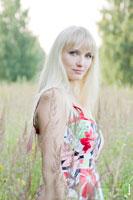 Фотопортрет девушки-блондинки на фоне летнего пейзажа