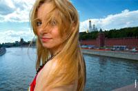 Фотопортрет девушки на улице, на фоне Москвы-реки и Московского Кремля