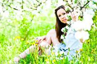 Фотопортрет девушки на природе, в весеннем цветущем саду