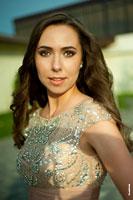Гламурный фотопортрет девушки на улице в платье со стразами