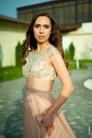 Поясной фотопортрет девушки в вечернем платье на улице