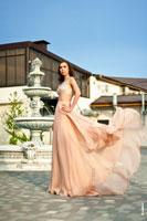 Фото девушки в полный рост в длинном развевающемся платье на улице