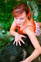 Летний фотопортрет девушки в красных тонах с верхней точки