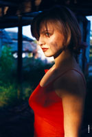 Летний фотопортрет девушки в красных тонах на фоне развалин