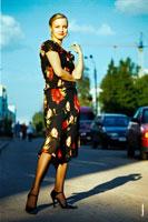 Фотопортрет девушки в летнем платье на улице в городе в полный рост