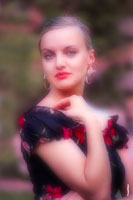 Летний женский фотопортрет на улице с софт-фильтром для мягкого рисунка